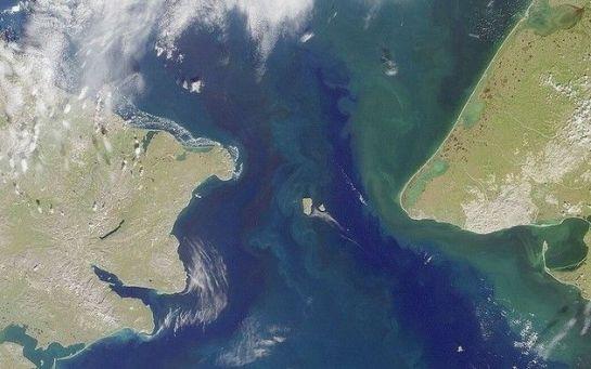 No estreito de Bering, a oeste, a Grande Diomedes, ou Ratmanov; a leste, a Diomedes Menor. Entre Rússia e Estados Unidos, apenas 4 quilômetros